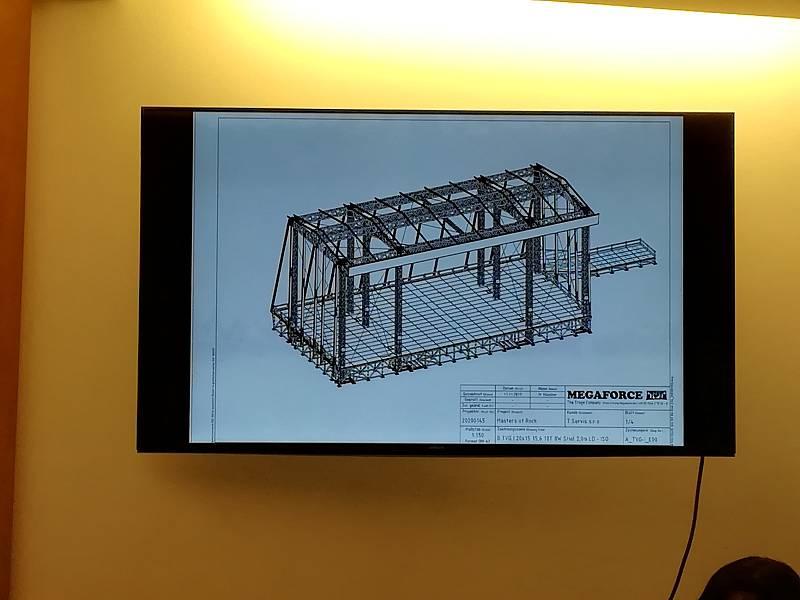 Speciální pódium je dlouhé 36 metrů, vysoké 16 metrů, musí ho stavět jeřáby a zapůjčení i instalace přijde na asi 3 miliony korun.