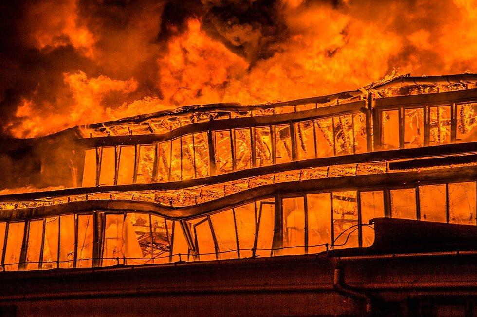 V areálu Toma v Otrokovicích hoří budova č. 43