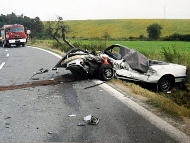 Tragická nehoda u Křenovic. 39 letý řidič kabrioletu BMW srážku s octavií nepřežil