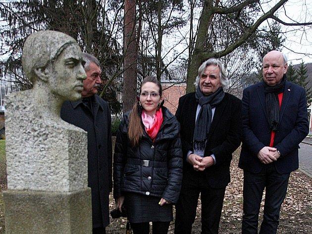 Pietní vzpomínka na malíře Václava Chada u jeho busty ve Zlíně.