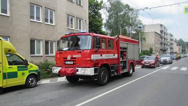 Na Sokolské se srazily dva automobily. V jednom cestovalo miminko