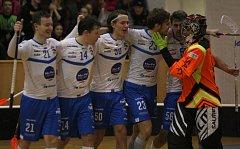 Superligoví florbalisté Otrokovic (v bílém) v sobotním 16. kole překvapily a sesadili lídra Mladou Boleslav, kterému jako první uštědřili první porážku sezony v řádné hrací době (6:2).