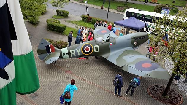 Letadlo Spitfire na náměstí ve Valašských Kloboukách.