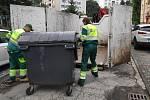 Pavel a Milan nakládají rozbitou popelnici