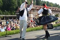 Dny slovenské kultury v Luhačovicích.  Na snímku soubor Družba z Trenčína na Lázeňském náměstí.