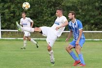 Fotbalisté Hluku (modrobílé dresy) otočili zápas ve Fryštáku, kde po přestřelce zvítězili 5:4.
