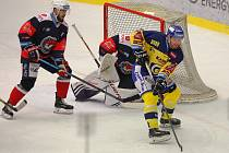 Hokejisté PSG Berani Zlín (ve žlutém) se v 50. kole extraligy utkali s Chomutovem.