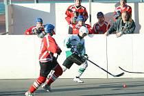 Hokejbalisté Malenovic (v bílozeleném) remizovali ve 14. kolem NL s Třincem 2:2