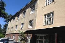 Vstup do budovy. Nelichotivá a nedůstojná vstupní strana budovy bývalého okresního soudu ve Zlíně.