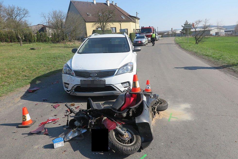 Nehoda na Zlínsku. Podnapilý motorkář se srazil s osobním vozidlem.Foto zdroj: PČR ZLK.
