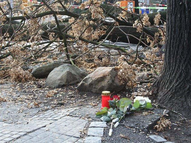 Na místo tragédie přibývají svíčky a květiny od kolemjdoucích.