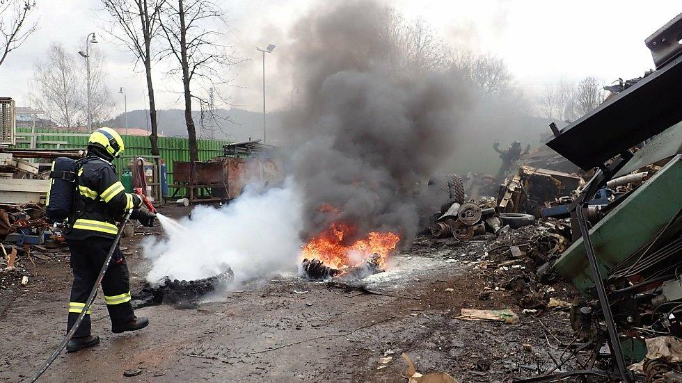 Hasiči likvidují ve čtvrtek 8. dubna 2021 požár pneumatiky a vraku vozu v areálu kovošrotu ve Vsetíně.