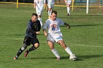 Zatímco fotbalisté předposledních Malenovic (v bílých dresech) budou hrát na jaře v I. B třídě pouze o záchranu, Admira Hulín chce prohánět vedoucí Fryšták.