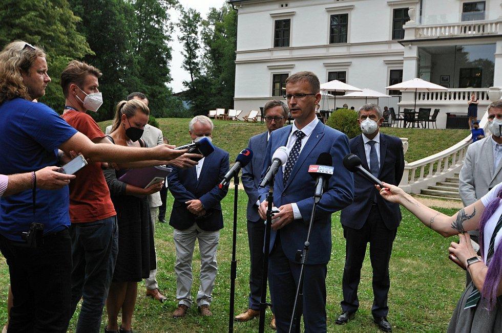 Hejtman Zlínského kraje Radim Holiš (ANO) hovoří ve středu 14. července 2021 s novináři na brífinku v parku u zámku Wichterle ve Slavičíně při příležitosti návštěvy premiéra Andreje Babiše ve Zlínském kraji.