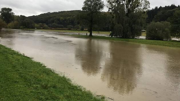 Vytrvalý déšť ve Zlínském kraji zaplavil cesty, zvedl hladiny řek. Řeka Morava nedaleko přístavu Otrokovice.