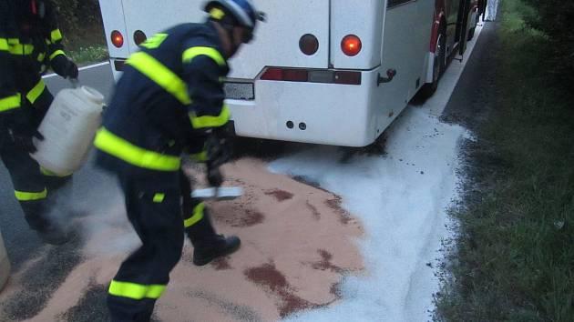Likvidace úniku oleje na silnici I/55 před městem Napajedla