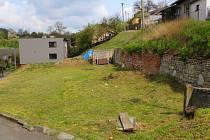 Několik domů v halenkovické lokalitě Chobotov trápí sesuvy půdy vlivem eroze. Svah uhýbá, domy jsou tak v podstatě v ohrožení. Obec proto plánuje železobetonovou zeď na pilířích, které budou asi osm až devět metrů hluboko zavrtané ve svahu.