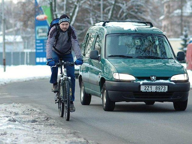 Školník Pavel Hons ze Zlína jezdí do zaměstnání na kole celoročně. Ze zhoršených podmínek na silnicích obavy nemá, neboť je letitým závodníkem na horských kolech a svůj stroj dokonale ovládá.