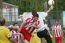 Fotbalisté Tečovic (ve žlutém) proti Kostelci u Holešova.