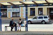 Autobusová zastávka na náměstí Míru ve Fryštáku.