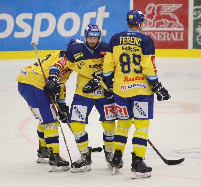 Extraligoví hokejisté Zlína (ve žlutém) ve 12. kole doma hostili Olomouc. Na snímku Popelka