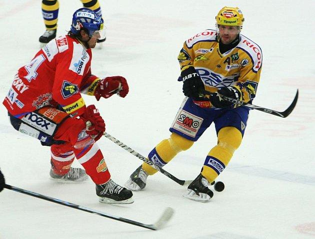 Extraligoví hokejisté Zlína se střetli v rámci 25. kola nejvyšší soutěže s Pardubicemi. Petr Leška v sobouji o puk.