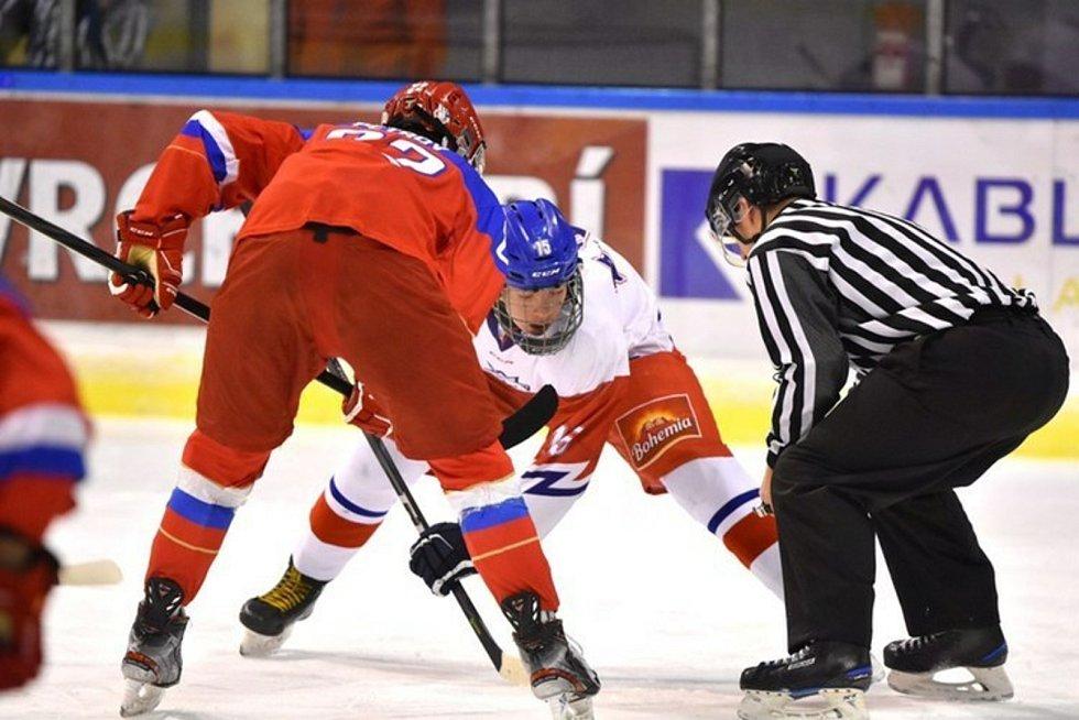 Lukáš Chludil (v bílém) odehrál 10 zápasů v mládežnických kategoriích české hokejové reprezentace.