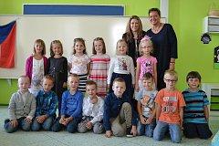 První třída ZŠ Tečovice s třídní učitelkou Mgr. Ivou Hájkovou (s rozpuštěnými vlasy) a vedle ní je Iveta Richtarová, asistentka pedagoga.