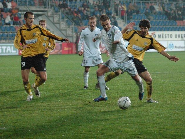 Útočník Slovácka Aleš Chmelíček (u míče) rozhodl první vzájemný duel s Hlučínem dvěma góly.