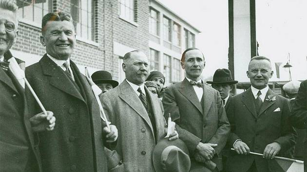 Tomáš Baťa senior (na snímku vlevo) při oslavách 1. máje roku 1931.