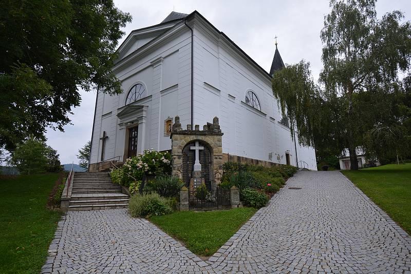 Vesničce Újezd na Zlínsku chybí podle místních snad jen moře. Na snímku z 26. srpna 2021 kostel.