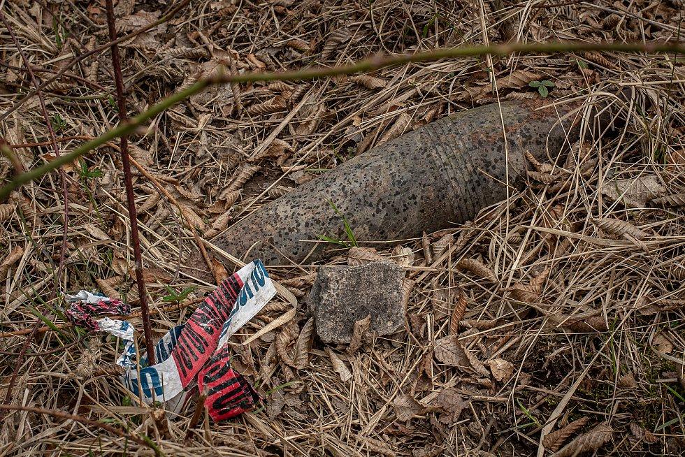 Vybuchlá munice v lesích kolem areálu muničního skladu ve Vrběticích, 22. dubna 2021. Vrbětický muniční sklad v roce 2014 explodoval. Po sedmi letech vyšlo najevo podezření na zapojení ruské tajné služby do výbuchu.