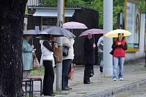 Na některých místech Zlína musejí lidé nastupovat do trolejbusů s mokrými deštníky.