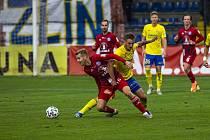 Fotbalista Zlína Jakub Janetzký (ve žlutém dresu) v domácím zápase s Olomoucí.