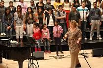 Ida Kelarová a a dětský romský sbor Čhavorenge při zkoušce s filharmonií Bohuslava Martinů ve Zlíně.