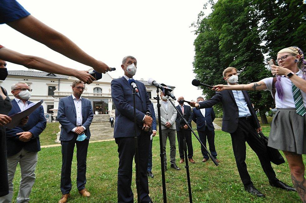 Premiér Andrej Babiš hovoří ve středu 14. července 2021 s novináři na brífinku v parku u zámku Wichterle ve Slavičíně při příležitosti své návštěvy Zlínského kraje - především areálu bývalých muničních skladů ve Vrběticích.