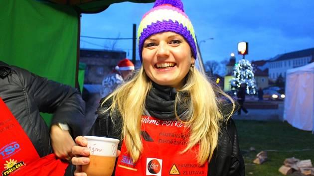 Už několik let jednou za rok se na několik hodin stává třiatřicetiletá Romana Stehlíková z Otrokovic dobrovolnicí. Prodává občerstvení ve stánku na akci Pomáháme potřebným.