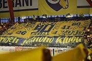 Extraligoví hokejisté Zlína (ve žlutých retro dresech) doma ve výročním duelu 35. kola porazili Pardubice. Součástí utkání bylo slavnostní vyvěšení pod strop dresu Petra Čajánka (16).