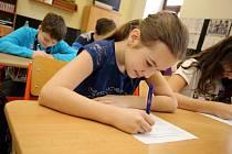 Učitelka Helena Uhříková z 5. B  základní školy ve Fryštáku. Písemky z českého jazyka.