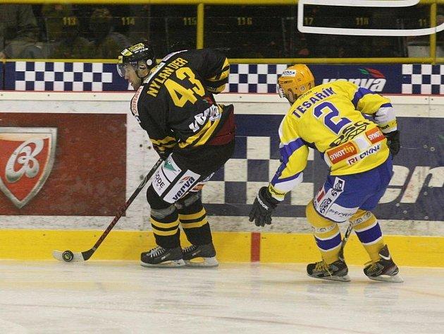 Hokejisté Litvínovas (ve tmavém) hostili na svém ledě hokejisty Zlína