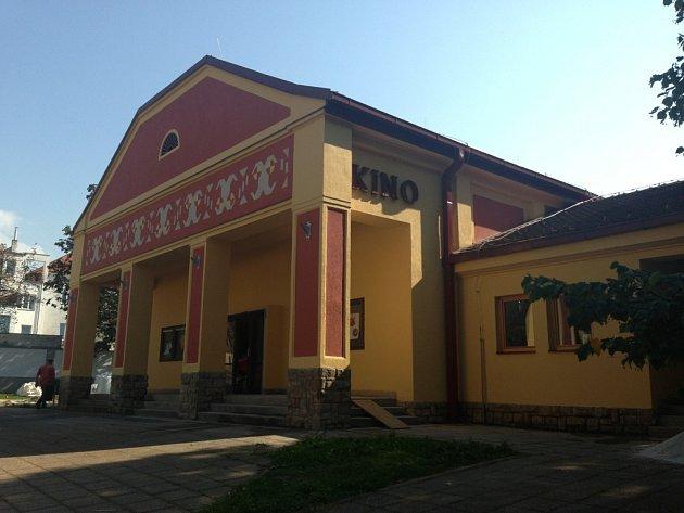 Budovu kina v Napajedlích opravili, v polovině ledna 2015 ji slavnostně otevřeli. O promítání teprve rozhodnou.