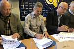 Mládežnické hokejové celky ve Zlínském kraji se rozhodly najít společnou řeč, ve Zlíně podepsali memorandum o spolupráci.