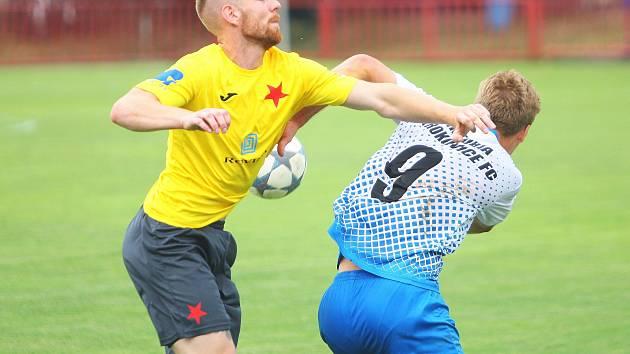 Otrokovičtí fotbalisté (v bílomodrých dresech) zvítězili ve 28. kole Fortuna MSFL nad Kroměříží 2:0 a zvýšili šance na záchranu třetiligové soutěže.