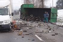 Silnici u Želechovic zasypal po nehodě šrot