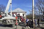 Stavění máje v obci Provodov na Zlínsku 30. dubna 2021.