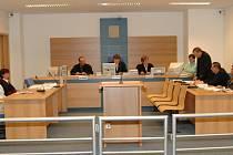 OBŽALOBA VERSUS OBHAJOBA. Zatímco státní zástupkyně žádala pro obžalovanou trojici podmíněné i nepodmíněné tresty, obhájci navrhli senátu zproštění viny.