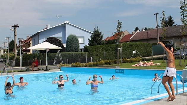 Aqua aerobic. Účastníci zjistili, že takový sport není tak jednoduchý, jak se může na první pohled zdát