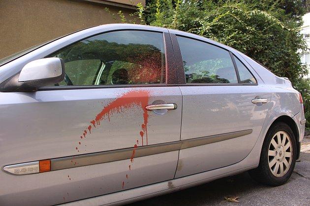 Neznámý mstitel poškozuje špatně zaparkované vozy barvou.