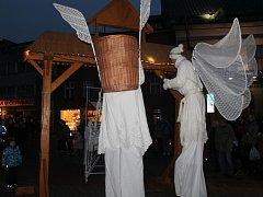 Na náměstí Míru ve Zlíně si lidé odnášeli betlémské světlo v lucernách vyrobených ze zavařovacích sklenic