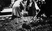 Starý hřbitov ve Zlíně.Převážení ostatků Františka Bartoše ze Zlína do Mladcove v 11.5.1935